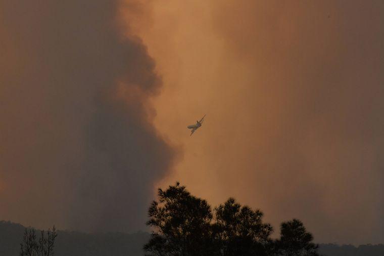 Flugzeug in Rauchwolke in Australien.