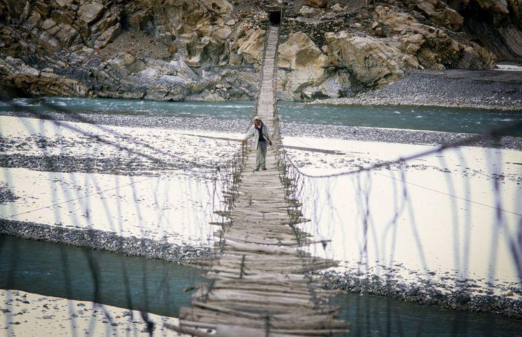 Die alte Hussaini Bridge in Pakistan ist der einzige Übergang über den Fluss.