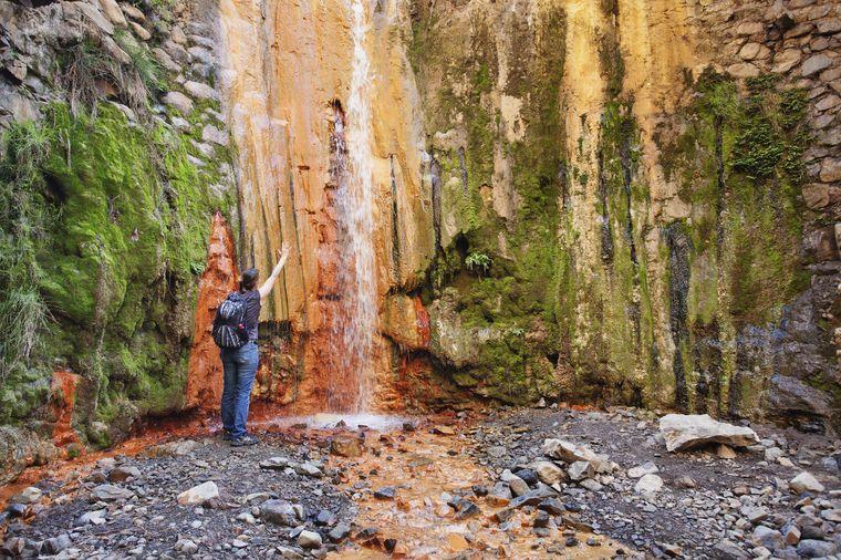 Der Wasserfall Cascada de las Colores schimmert in kunterbunten Farben.