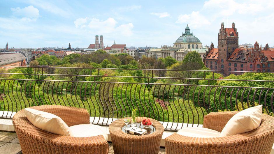 Diesen Blick genießen Gäste vom Balkon einer der Suiten des Charles Hotel Monforte in München.