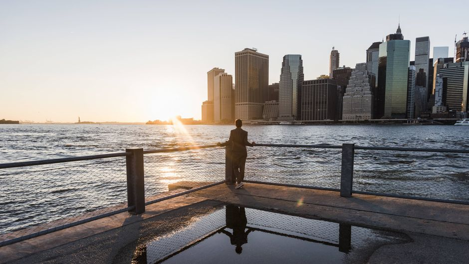 Blick auf Brooklyn in New York. Die Fassaden kennt jeder – aber erkennst du die berühmten Städte der Welt auch an den Gebäude-Umrissen von oben?