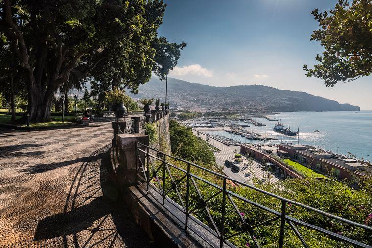 Von den Jardins de Quinta Vigia aus ist nicht nur der Hafen, sondern auch die Bucht von Funchal gut zu sehen.