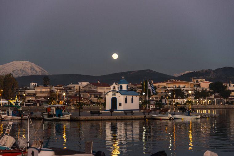 Der Hafen von Nea Artaki auf der Insel Euböa in Griechenland bei Nacht.