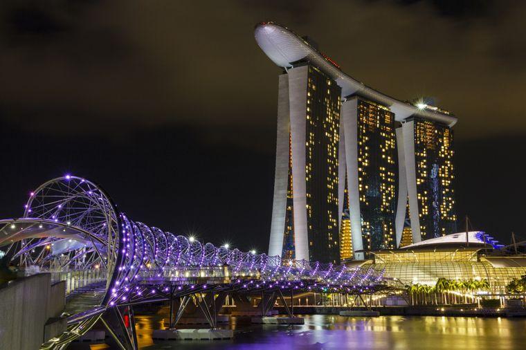 Die Helix Bridge ist nachts besonders schön beleuchtet.
