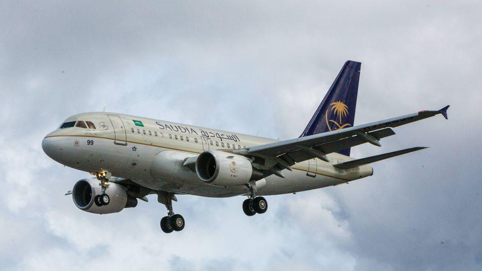 Ein Airbus A318 der Airline Saudia beim Landeanflug auf den Flughafen London-Heathrow.