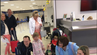 Therapie-Hunde am Flughafen in Aberdeen.
