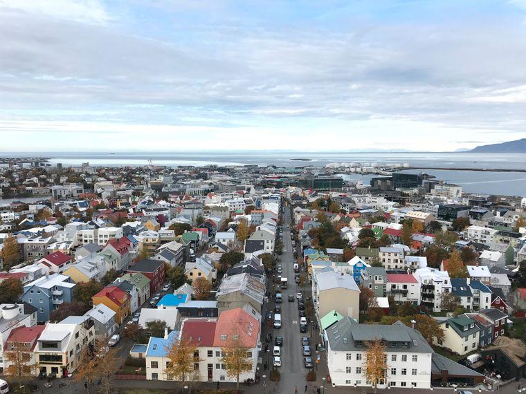 Vom Turm der Hallgrimskirche bietet sich  ein beeindruckender Blick auf die bunten Häuser Reykjavíks.