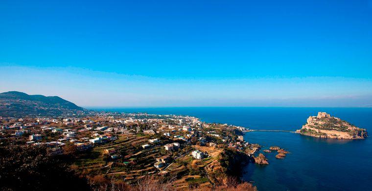 Das ist die wunderschöne Landschaft der italienischen Insel Ischia.