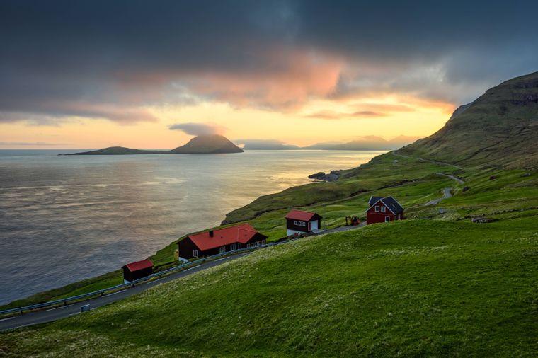 Eine kleine Siedlung auf den Faröer Inseln im Sonnenuntergang.