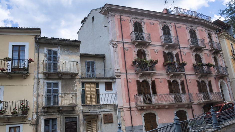 Historische Gebäude in Pratola Peligna. Der italienische Ort verkauft Häuser für einen Euro.