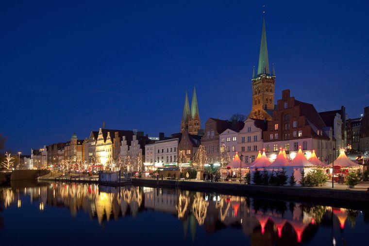 Weihnachtsmarkt in Lübeck entlang der Trave.