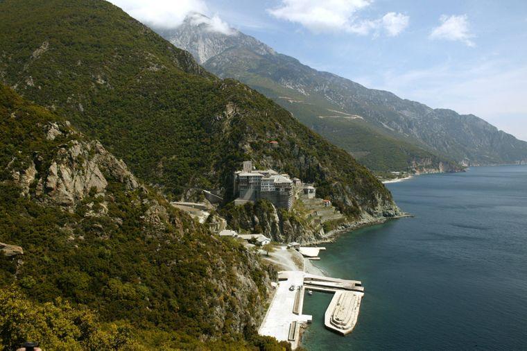 Die Autonome Republik Athos: Ein Teil davon ist das Kloster Dionysiou neben der Hafenanlage.