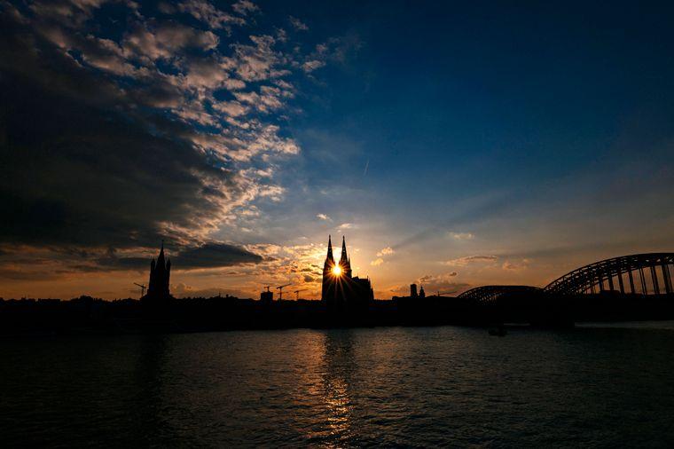Der Kölner Dom am Rhein erwartet dich auf deiner Reise ins Rheinland.