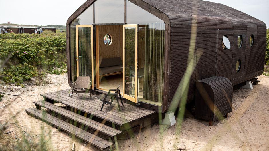Glasfront, dunkle Holz-Vertäfelung und eine Terrasse: So sehen die Wikkelhouses auf Helgoland aus.