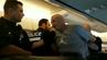 Der aggressive Passagier wurde von der Polizei aus dem Flugzeug gebracht.