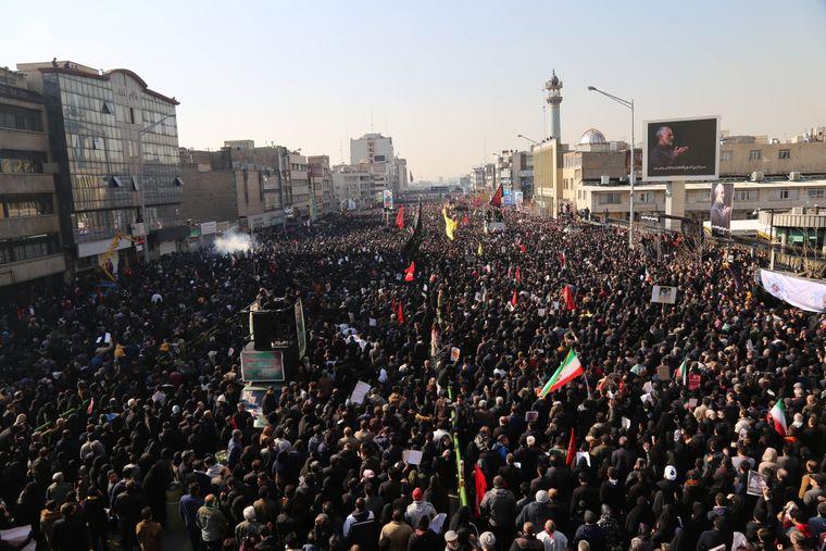 In Gedenken an den getöteten General Ghassem Soleimani marschierten Hunderttausende – nach Lokalmedien sogar Millionen – friedlich durch die Straßen Teherans. Eskalierende Demonstrationen seien jedoch nicht auszuschließen.
