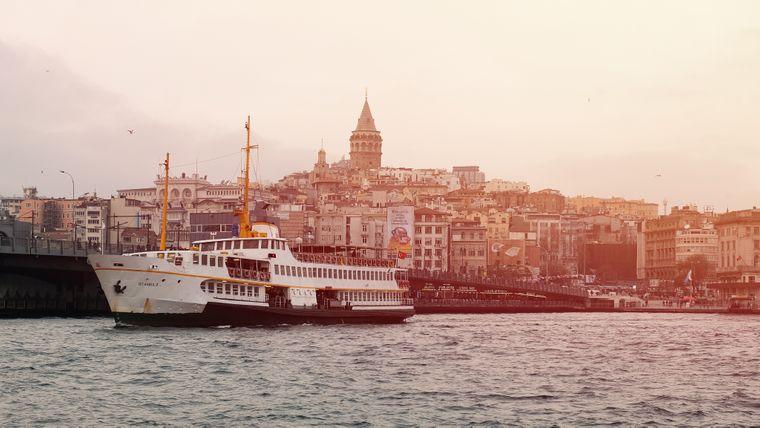 Sanftes Licht liegt über der türkischen Metropole Istanbul.