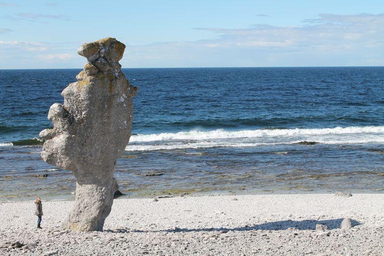 Die bizarr geformten Kalksteinfelsen auf der vorgelagerten Insel Fårö sind einen Besuch wert.