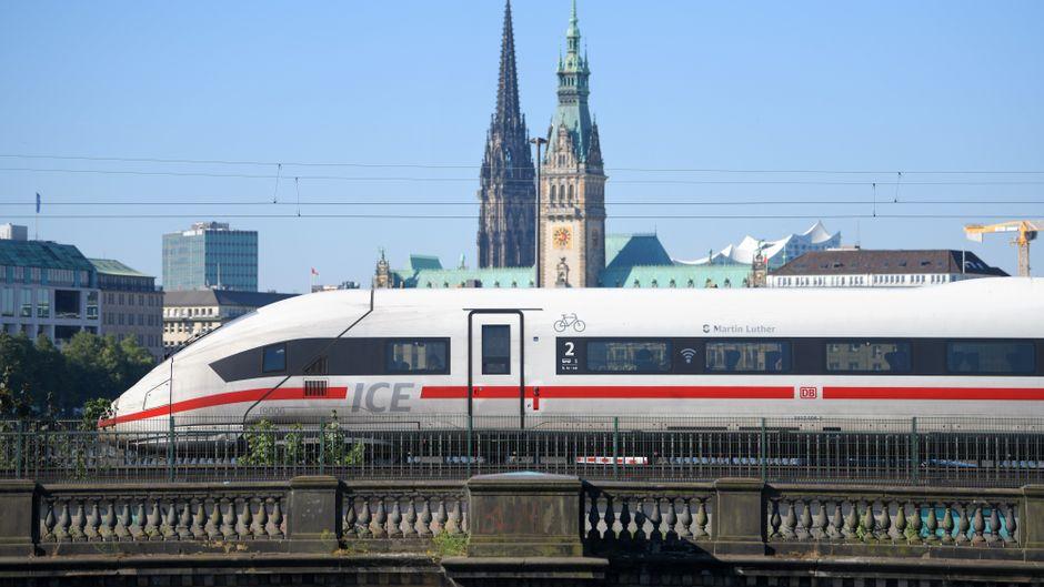Bahn fährt durch Hamburg.
