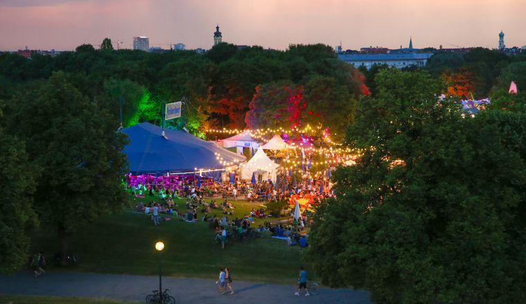 Die stimmungsvolle Beleuchtung des Tollwood-Festivals wird mit Ökostrom betrieben.