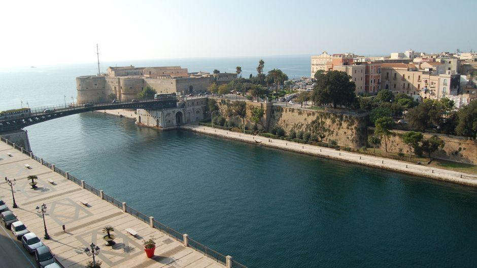Bisher haben nur kleinere Orte Ein-Euro-Häuser verkauft – die meisten lagen weit ab vom Schuss. Jetzt kommt mit Taranto die erste Großstadt dazu.
