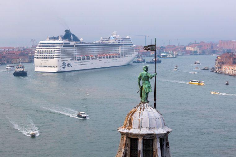 Ein Kreuzfahrtschiff des Anbieters MSC Cruises läuft in den Hafen von Venedig ein. (Symbolbild)