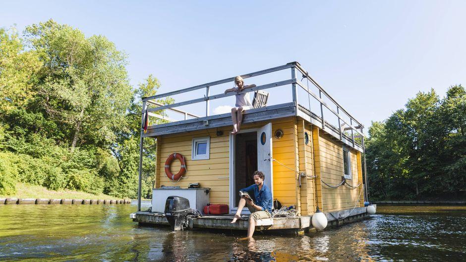 Ob ein romantisches Wochenende mit dem Herzblatt oder ein Abenteuer-Ausflug mit einer Freundin: Auf dem Hausboot bietet sich Urlaubern eine neue Perspektive.