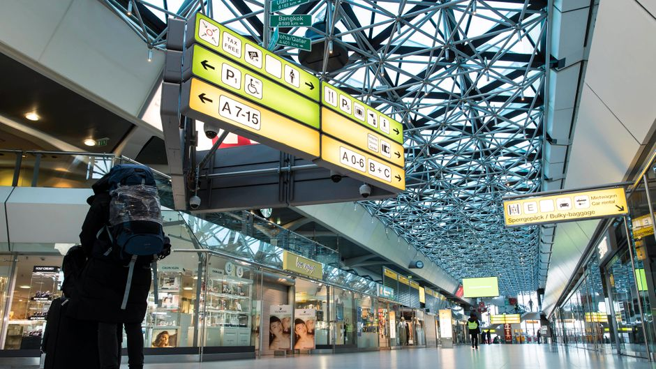 Kaum noch jemand ist an einem der Flughäfen in Deutschland unterwegs. Die weltweite Reisewarnung gilt weiterhin.