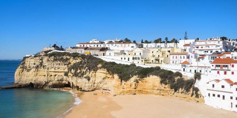 Sandstrand in Portugal mit imposanter Felskulisse