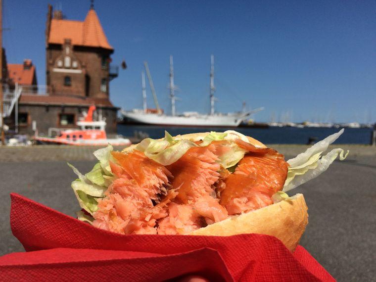Fischbrötchen oder Fish und Chips direkt am Hafen gibt es besonders lecker beim Fischkutter Milan