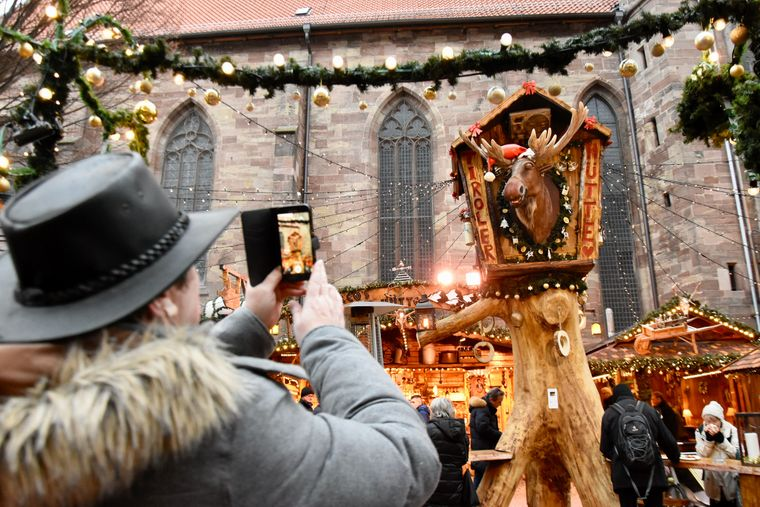 Der ständig plappernde Elch auf dem Göttinger Weihnachtsmarkt polarisiert, du liebst oder du hasst ihn.