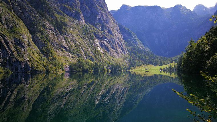 Der Obersee in Bayern liegt direkt neben dem Königssee.