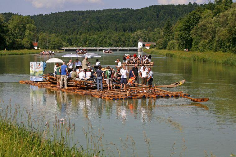 Eine Floßfahrt auf der Isar bei Wolfratshausen.