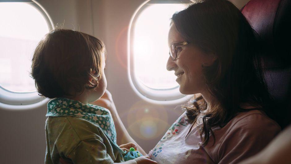 Eine Mutter mit ihrem Kind im Flugzeug.
