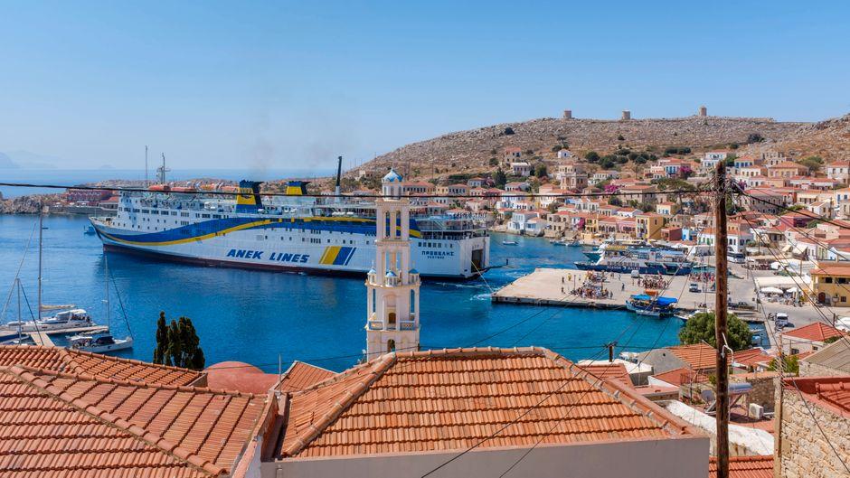 Die Fähren legen für einen Ausflug auf die Insel Kreta am Halki-Hafen ab.