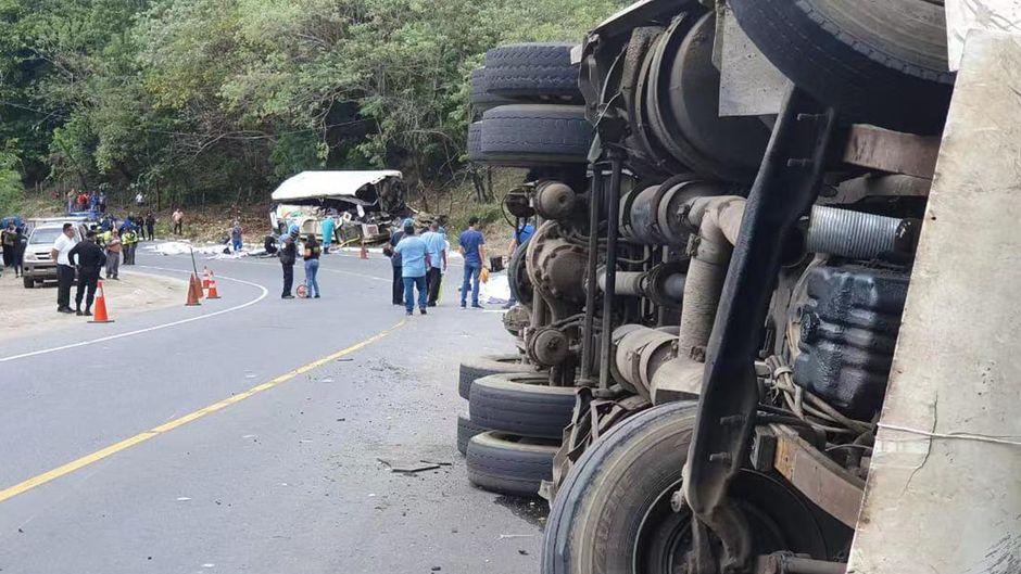 Der Crash geschah im Nordosten Guatemalas. Die Seite des Busses ist völlig demoliert, der Lkw kippte um.