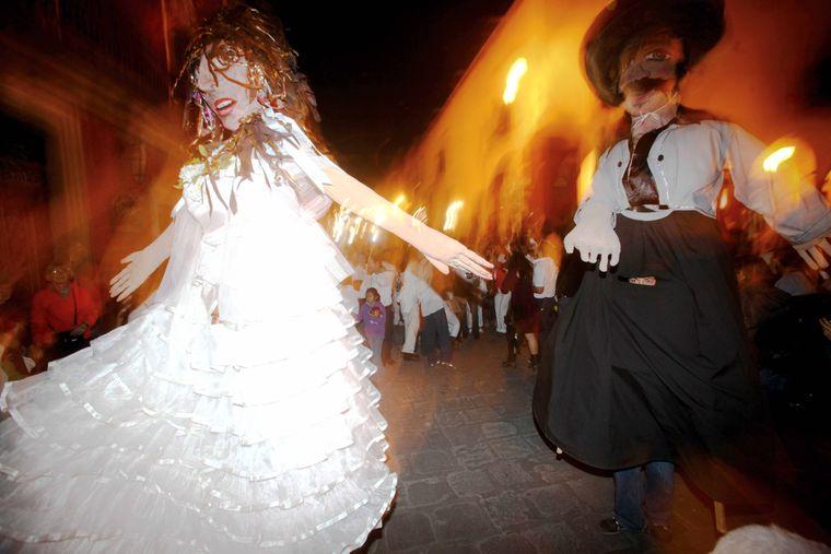 """In Ecuador werden die """"Monigotes"""" zu Silvester verbrannt."""