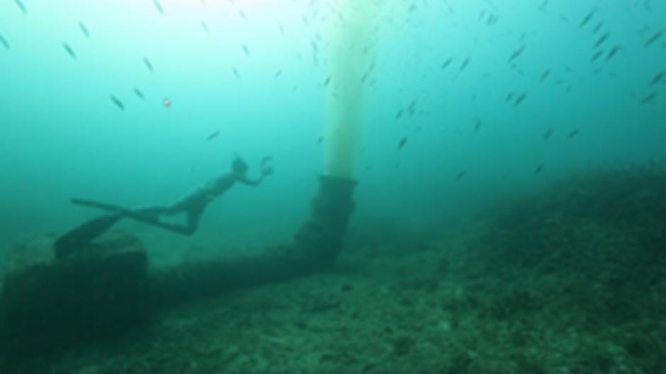 Unterwasseraufnahmen der Initiative Mallorca Blue zeigen, wie Schmutzwasser aus den Rohren direkt ins Meer der Bucht von Palma de Mallorca strömt.