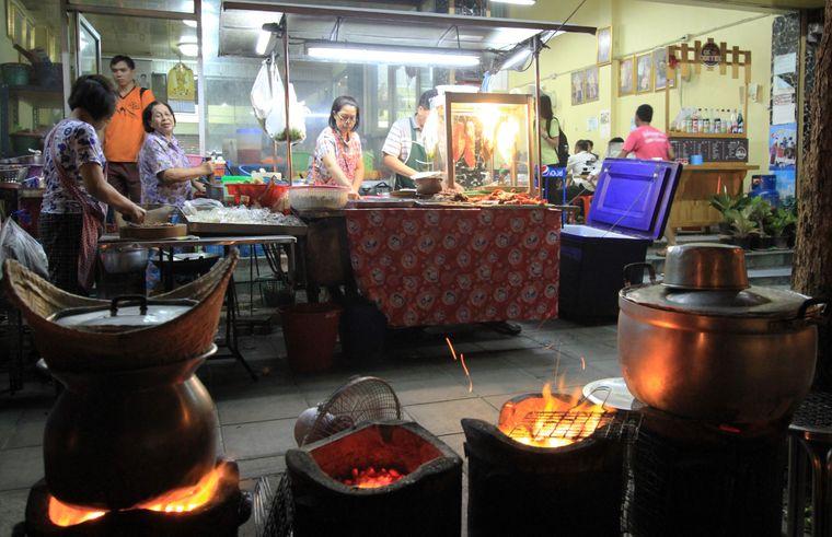 Einfach und ursprünglich in Bangkoks Garküchen.