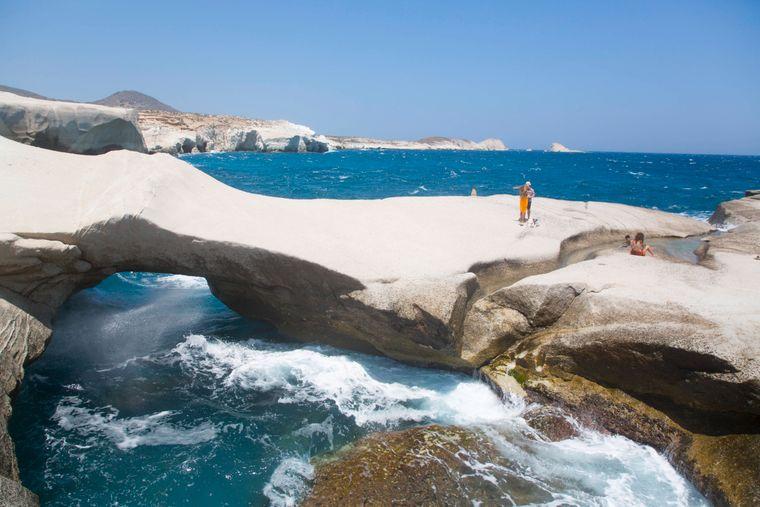 Der Sarakiniko Beach auf der Insel Milos ist bekannt für seine Lagunen zwischen dem weißen Vulkangestein.