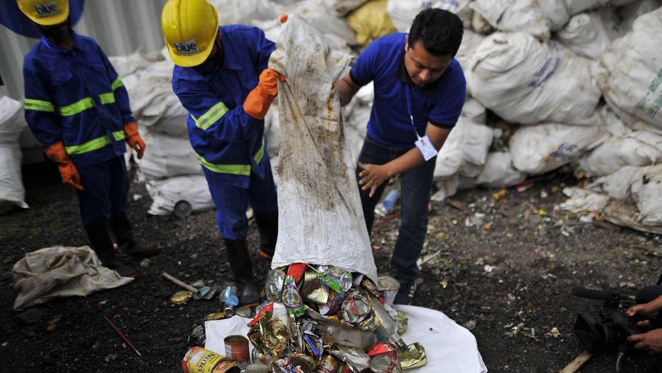 Immer mehr Abfall am höchsten Berg der Welt: Die nepalesischen Behörden wehren sich mit einem Plastik-Verbot.