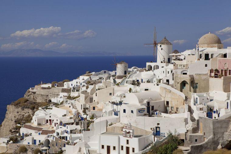 """Es gibt eine ganz besondere Unterkunftsart auf Santorini: die berühmten weißen """"Cave Houses""""."""