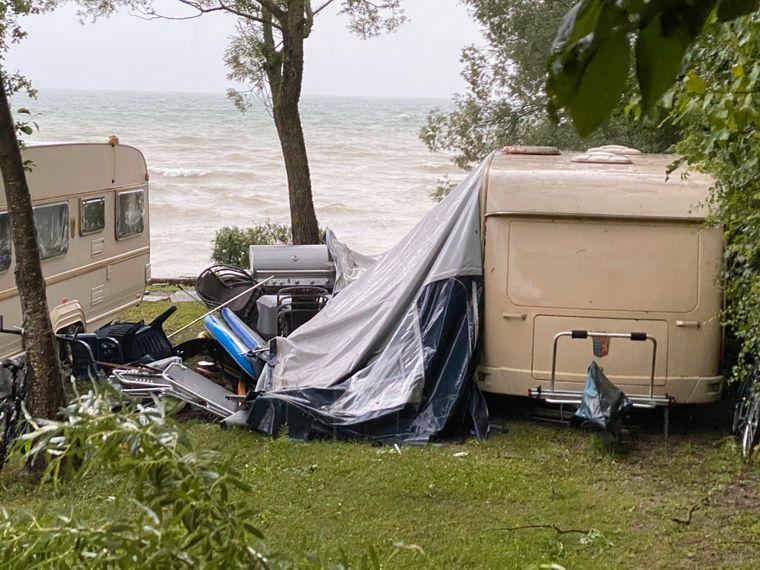 Wenn es beim Zelten mal stürmisch wird, sollten Urlauber ihr Zelt gut schützen.