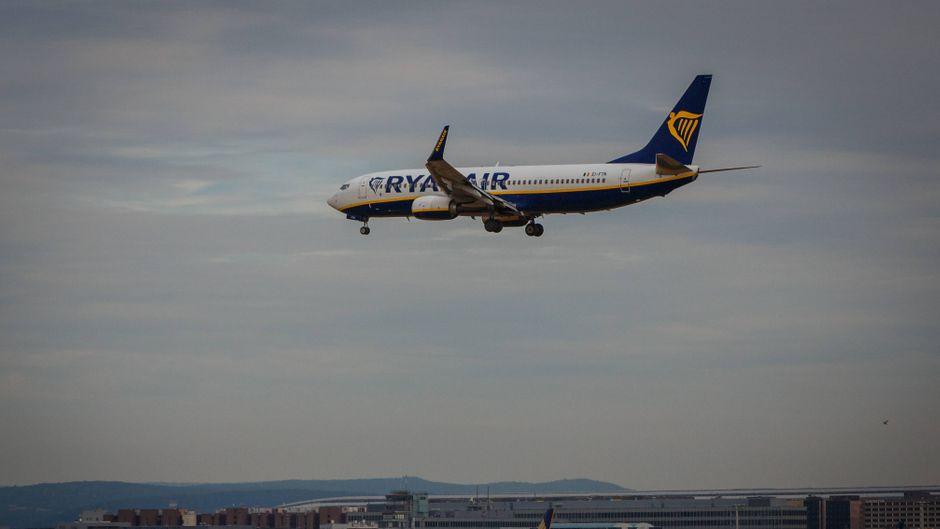 Eine Ryanair-Maschine landet als Laudamotion-Flug aus Palma de Mallorca in Frankfurt am Main.