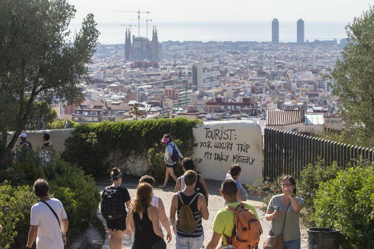Ein Anti-Tourismus-Grafitti im Güell Park von Barcelona.