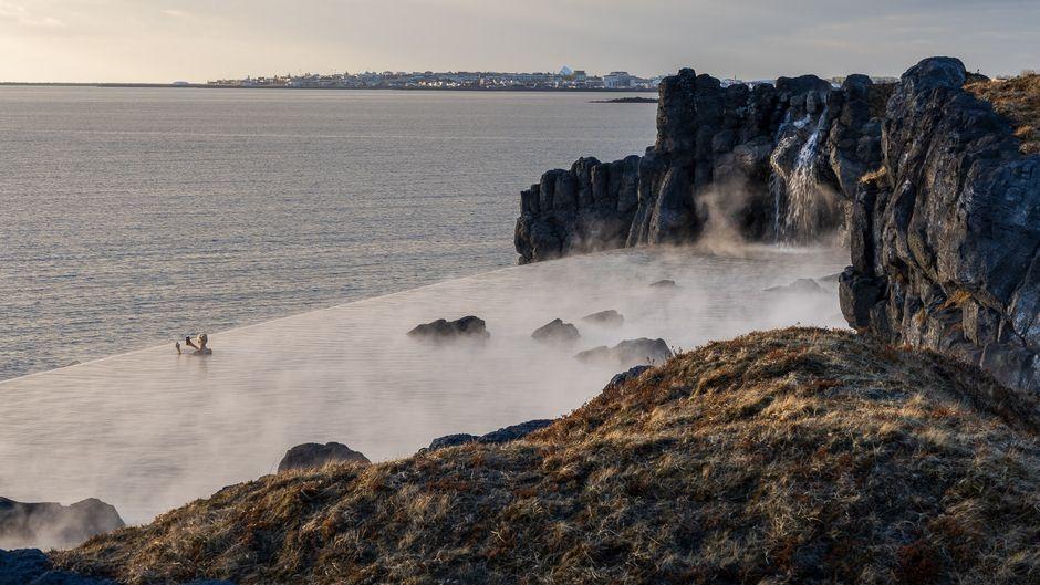 Ein Ausblick wie im Traum: Die mystische Lagune rahmen mächtige Felsen und ein wilder Wasserfall ein.