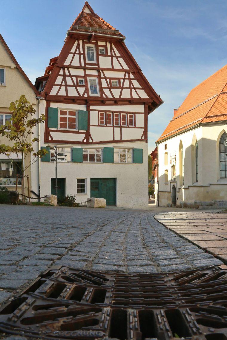 Städteurlaub ganz ohne Urlauber-Massen? Probier mal Ehingen aus, dort siehst du zum Beispiel solch ein schönes Fachwerkhaus in der Altstadt.