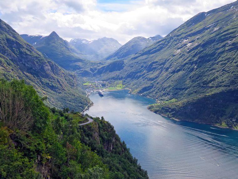 Blick auf den Geirangerfjord von einem Aussichtspunkt.
