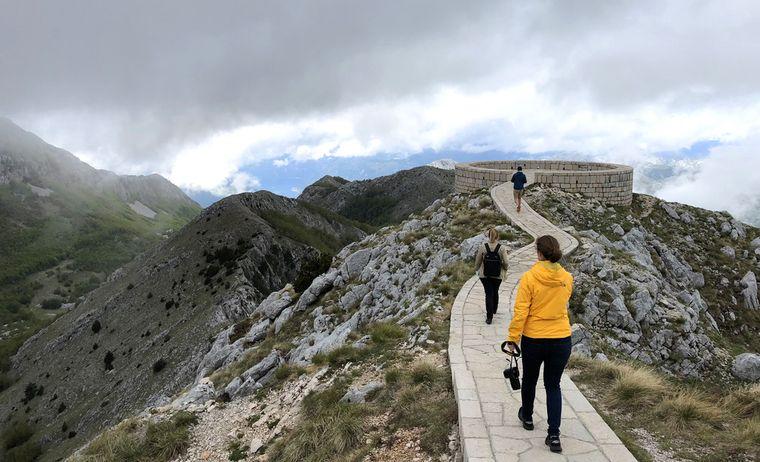 Vom eigentlichen Mausoleum von Petar II. aus sind es nur ein paar Schritte zur Aussichtsplattform, die einen Rundumblick über große Teile des Landes bietet.