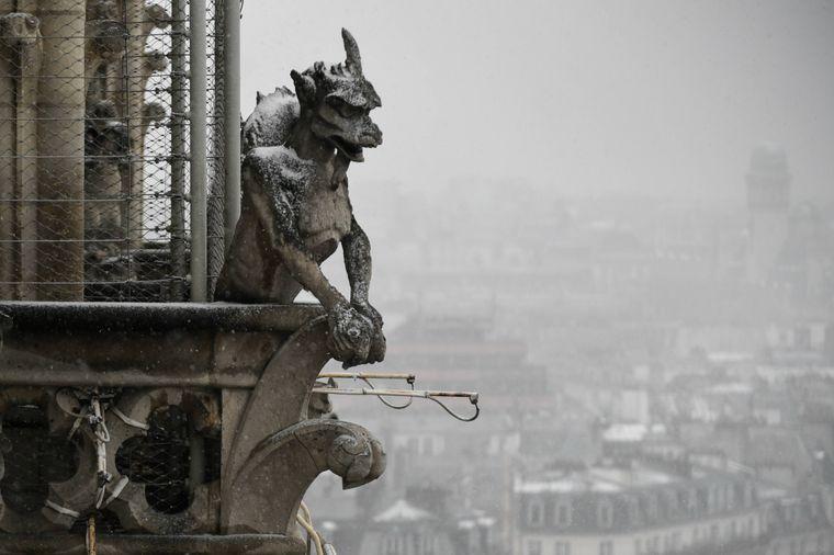An der Fassade der Kathedrale sind zahlreiche Skulpturen zu finden.